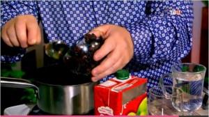 От простуды поможет отвар изюма с соком лука